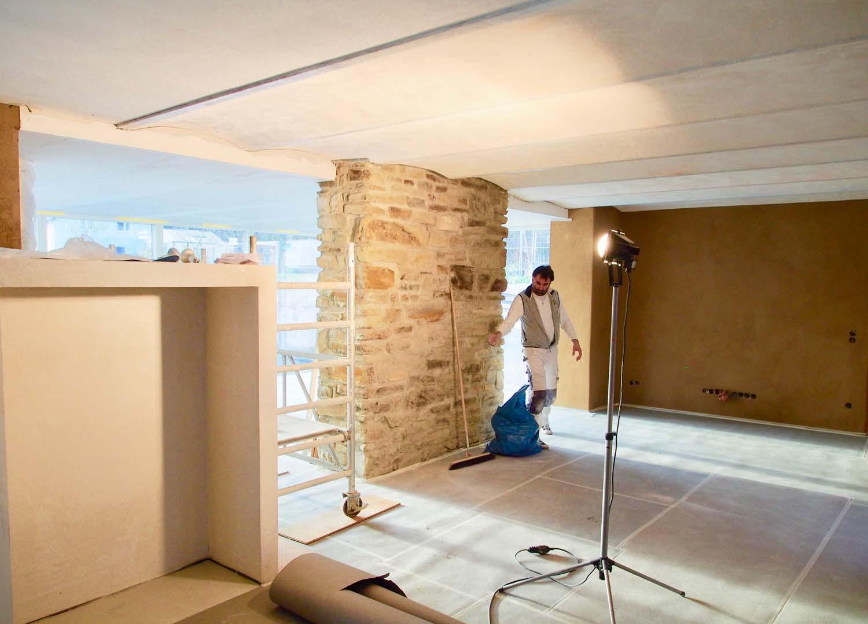 Aufgeräumte Baustelle mit Kappendecken und Bruchsteinwand und Lehmbau
