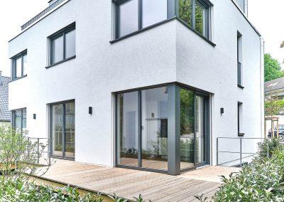 Rückseite des frei geplanten Zweifamilienhaus in Bensberg.