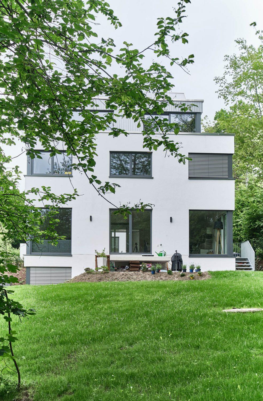 Rückseite des frei geplanten Einfamilienhaus in Bensberg.