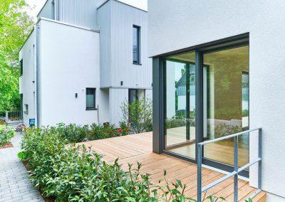 Übereckverglasung mit Holzterrasse am Zweifamilienhaus in Bensberg.