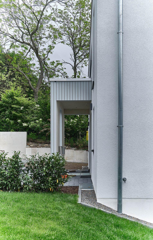 Überdachter Eingangsbereich mit Holzverschalung des Neubaus in Bensberg.
