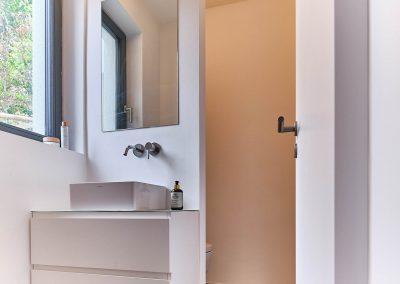 Gäste-WC mit integrierter Beleuchtung in der Wandschotte.