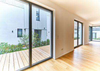 Große Wandöffnungen im Wohnbereich des Neubaus.