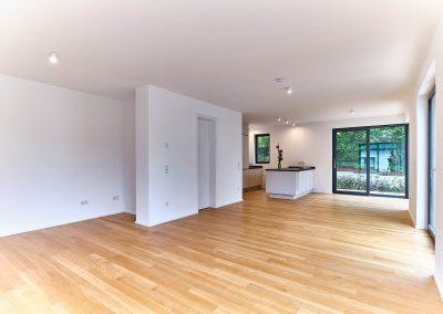 Großzügiger Wohnbereich mit Holzboden aus Eiche in Neubau in Bensberg.