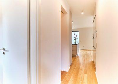 Zugang zu Küche und Wohnbereich im Neubau in Bensberg.