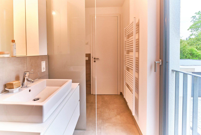 Duschbad mit abgeschotteten WC-Bereich für Gäste im Neubau in Bensberg.