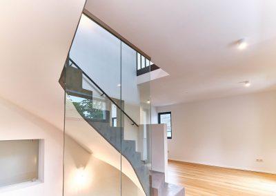 Sichtbetontreppe mit Glaswand im Neubau in Bensberg.