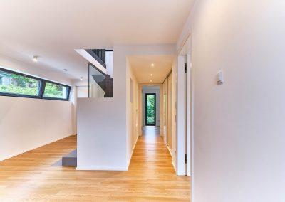 Treppe als Raumteiler im Neubau in Bensberg.