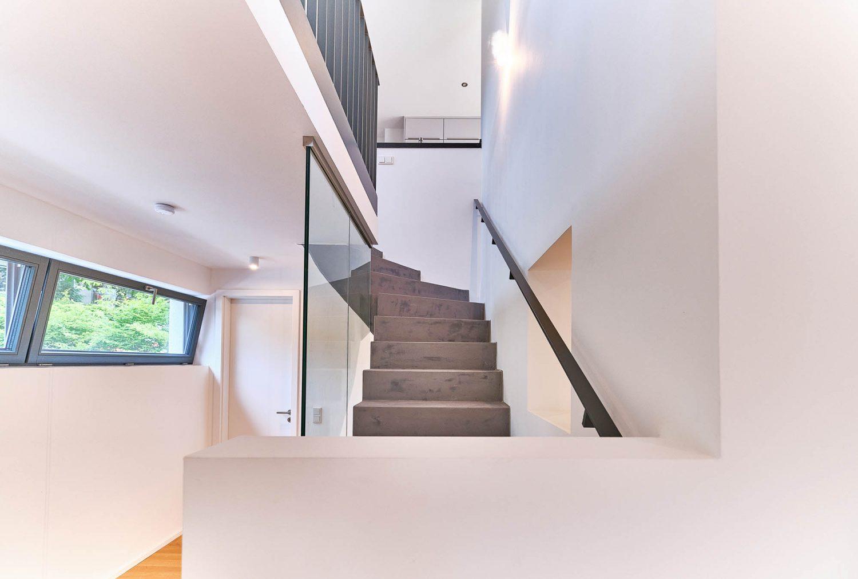 Treppenaufgang zum Staffelgeschoss in Architektenhaus in Bensberg.