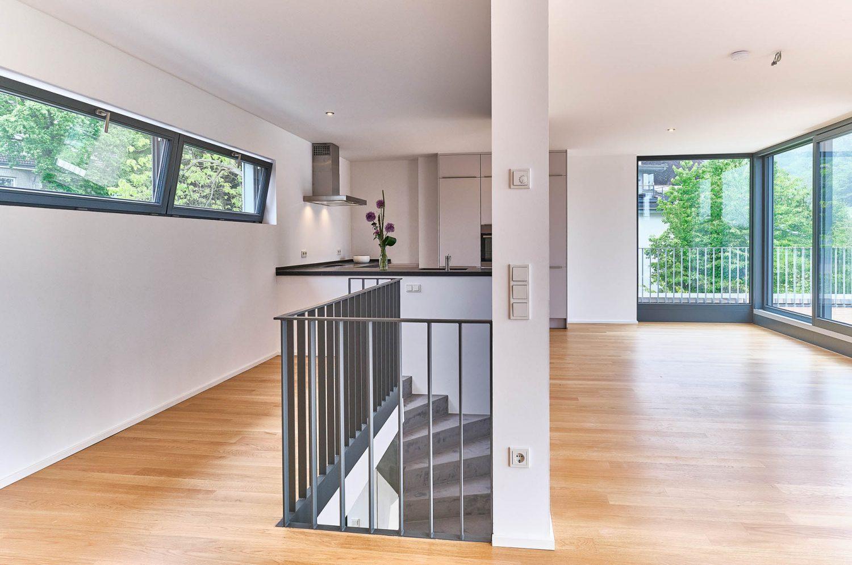 Offene Küche und Wohnbereich zur Dachterrasse im Architektenhaus in Bensberg.