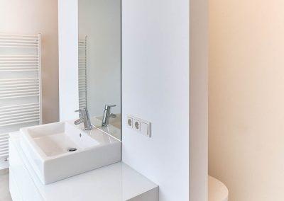 Bad mit Schotte als Raumteiler in Neubau in Bensberg.