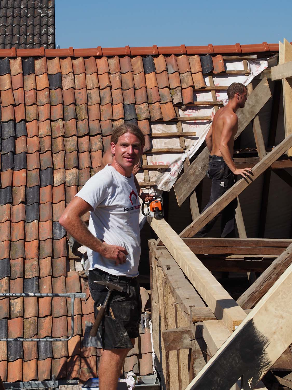 Zimmermeister erneuern Dachstuhl