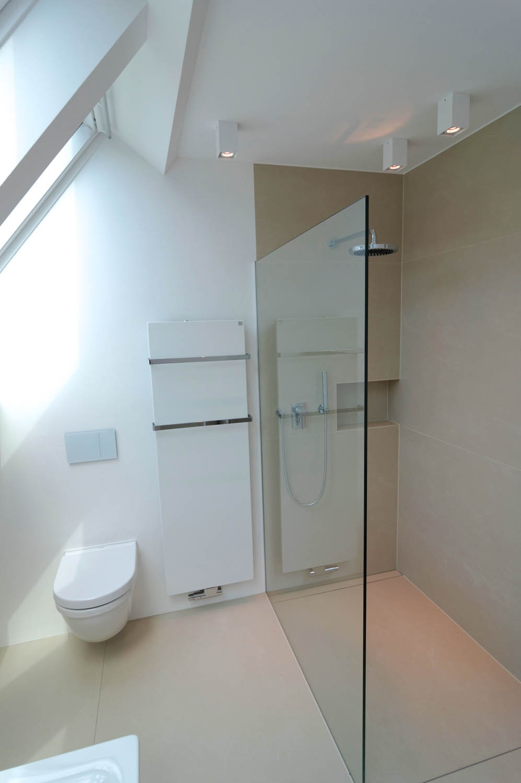 WC, Wandheizung und ebenerdige Dusche abgetrennt durch eine Glaswand.