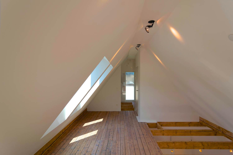 Ausgebauter Spitzboden mit Holzdielen und Freiraum zum darunter liegendem Dachgeschoss.