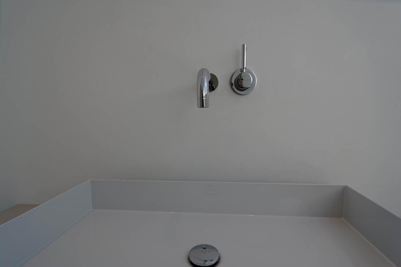 Minimalistische Wandarmaturen und Waschbecken.