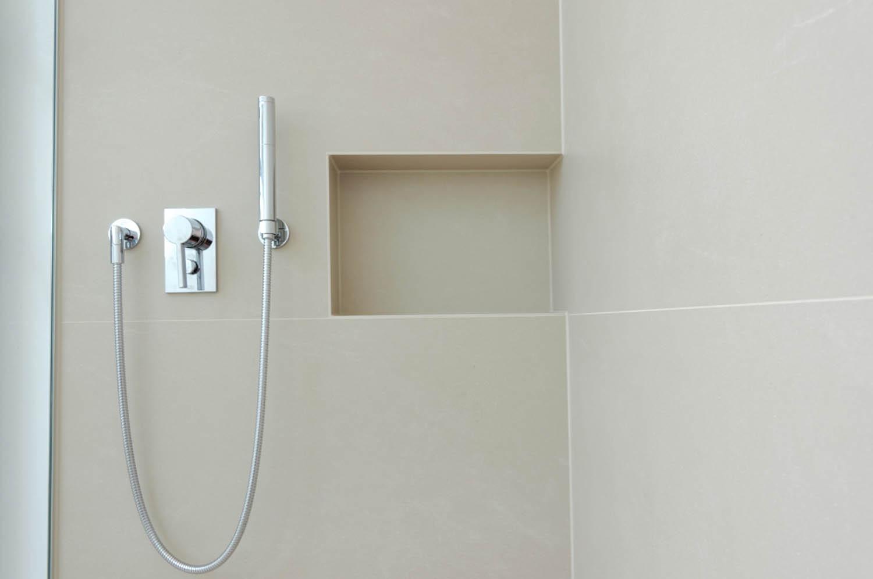 Duscharmaturen und in die Wand eingelassene Ablage für Duschutensilien.