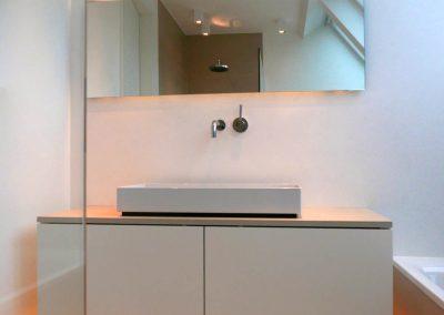 Breiter Waschtisch mit minimalistischer Wandarmatur.