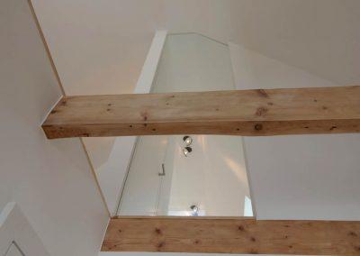 Die Glastrennwand im Spitzboden bietet einen Blick ins Dachgeschoss.