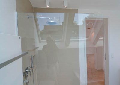 Glastrennwand zur ebenerdigen Dusche.