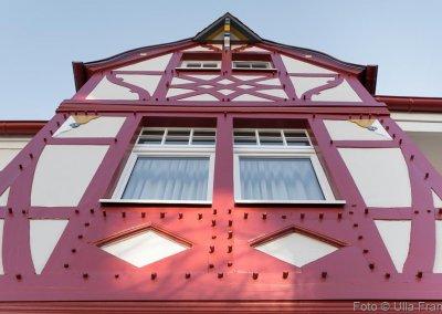 Malermeister Thomas Kaufmann gestaltete diese in rot und weiß gehaltene Fassade eines historischen Hauses.