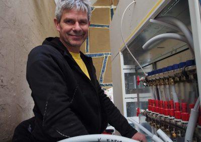 Gas-und Wasserinstallateur bei der Arbeit