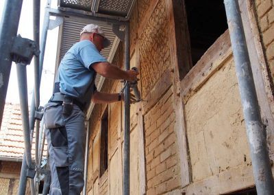 Gerüstbauer sichert Baugerüst ab