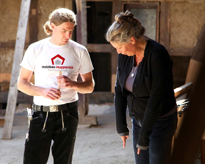 Zimmermeister und Architektin arbeiten zusammen