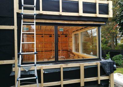 Anbau an ein bestehendes Einfamilienhaus in Holzständerbauweise mit großzügiger Übereckverglasung