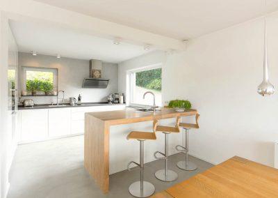 Küche mit Barhockern als Sitzmöglichkeit.