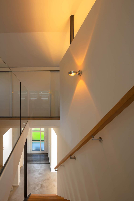 Treppenhaus mit Ganzglasgeländer im Obergeschosses.