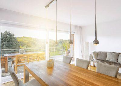 Nach Umbaumaßnahmen bietet der Wohnbereich durch große Fenster einen weiten Blick über das Bergische Land.