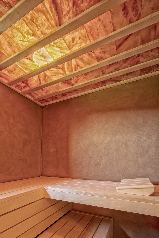 Sauna mit hinterleuchteter Salzsteindecke und Lehmwänden der Firma Dvali Innenausbau.