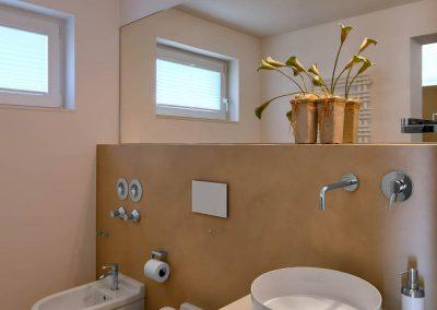 Badezimmer mit großem Spiegel, Bidet, WC und Waschtisch installiert von Badkultur Wisniewski aus Bergisch Gladbach..