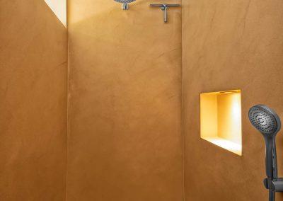 Dusche mit Lehmwänden und minimalistischen Wandarmaturen von Badkultur Wisniewski aus Bergisch Gladbach.