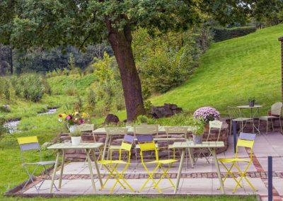 Terrasse des Cafés HiB am Bach.