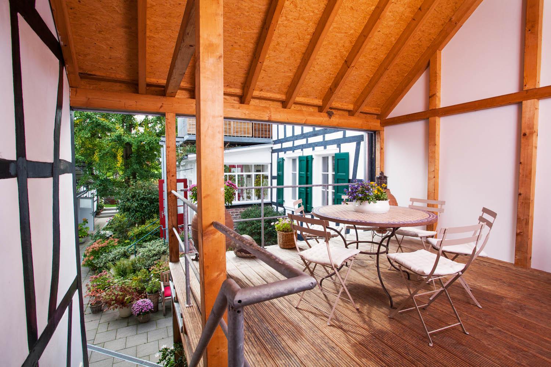 Terrasse der Remise zum Innenhof.