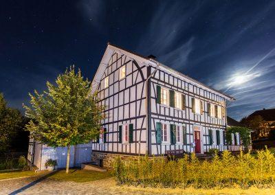 Saniertes Fachwerkhaus kontrastreich bei Nacht fotografiert.