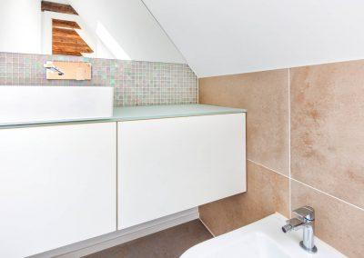 Badezimmer mit großformatigen Fliesen