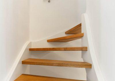 Neue Holztreppe ersetzt alte Einschubleiter