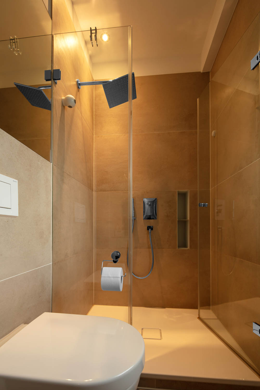 Ebenerdige Dusche mit großformatigen Wandfliesen