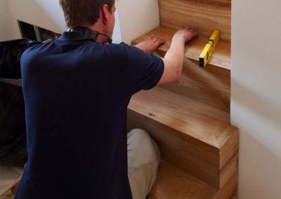 Schreiner montiert Holztreppe