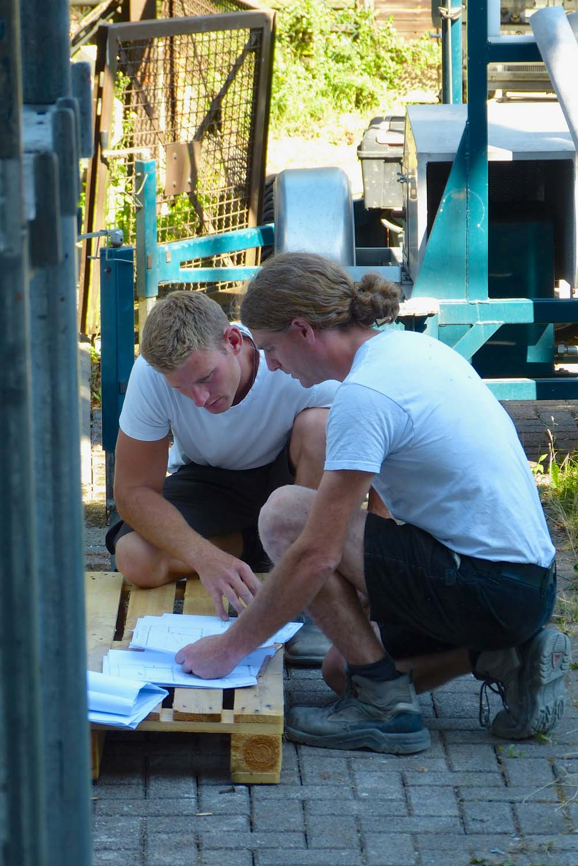 Zimmermeister und Dachdecker arbeiten gemeinsam