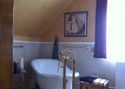 Die Wände und Dachschrägen dieses Badezimmers wurden von Malermeister Thomas Kaufmann in einem Goldton und Strukturen gestaltet.