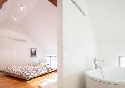 Schlafzimmer mit angrenzendem Bad